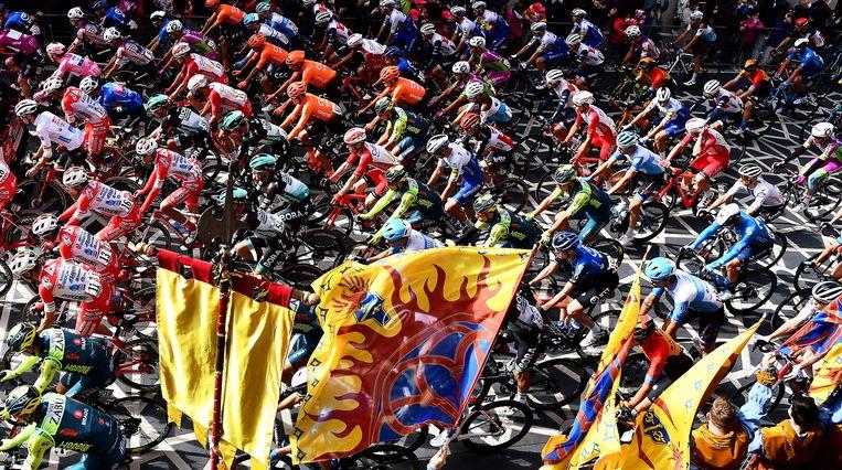 Het peloton tijdens de tiende etappe van de Giro.  Beeld EPA