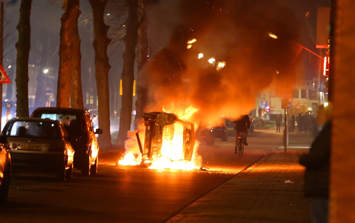 Ondanks noodverordening weer autobrand in onrustige Graafsewijk Den Bosch, politie bekogeld met vuurwerk tijdens jaarwisseling. Foto Bart Meesters
