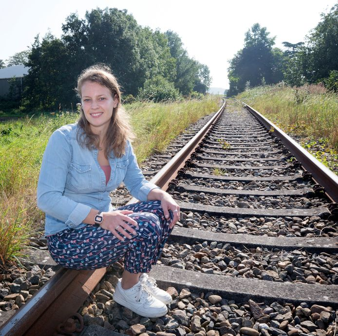 Kelly van Gils op de spoorrails achter haar ouderlijk huis in Zevenbergschen Hoek. Ze woonde en werkte vier jaar in Ecuador en welk spoor ze nu gaat volgen, is nog een vraagteken.
