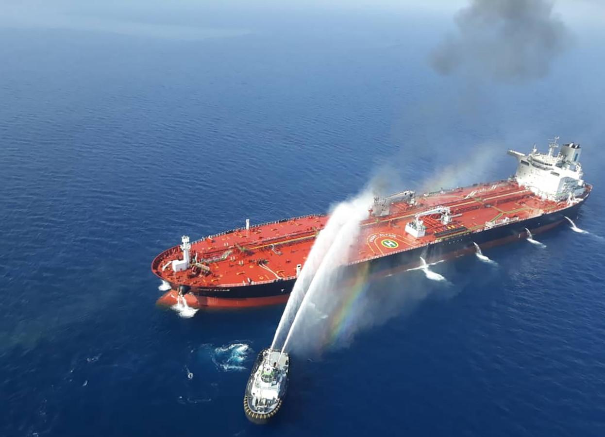 Een Iraanse marinevaartuig probeert het vuur aan boord van de tanker Front Altair onder controle te krijgen.