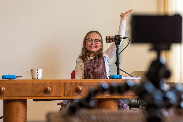 Jeske van Dam uit Eindhoven in haar 'studio' van het kinderCORONAnieuws.