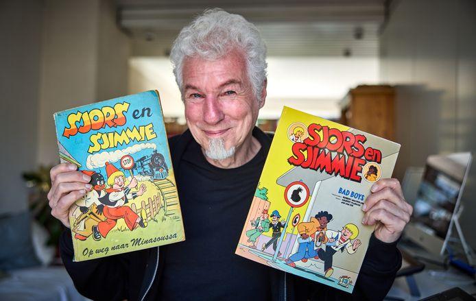 Striptekenaar Robert van der Kroft met een hedendaags en een ouderwets album van de strip Sjors en Sjimmie.
