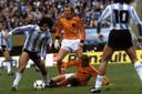 Johan Neeskens (m) tijdens de WK-finale in duel met Jorge Mario Olguin. René van de Kerkhof en Mario Kempes (10) kijken toe.