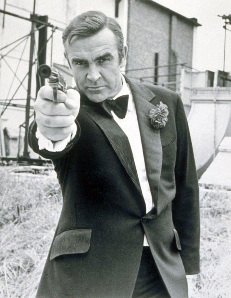 007 begroet toevallige passanten in Amsterdam in het Duits met 'Guten Abend' en 'Bitte'. PR foto Beeld
