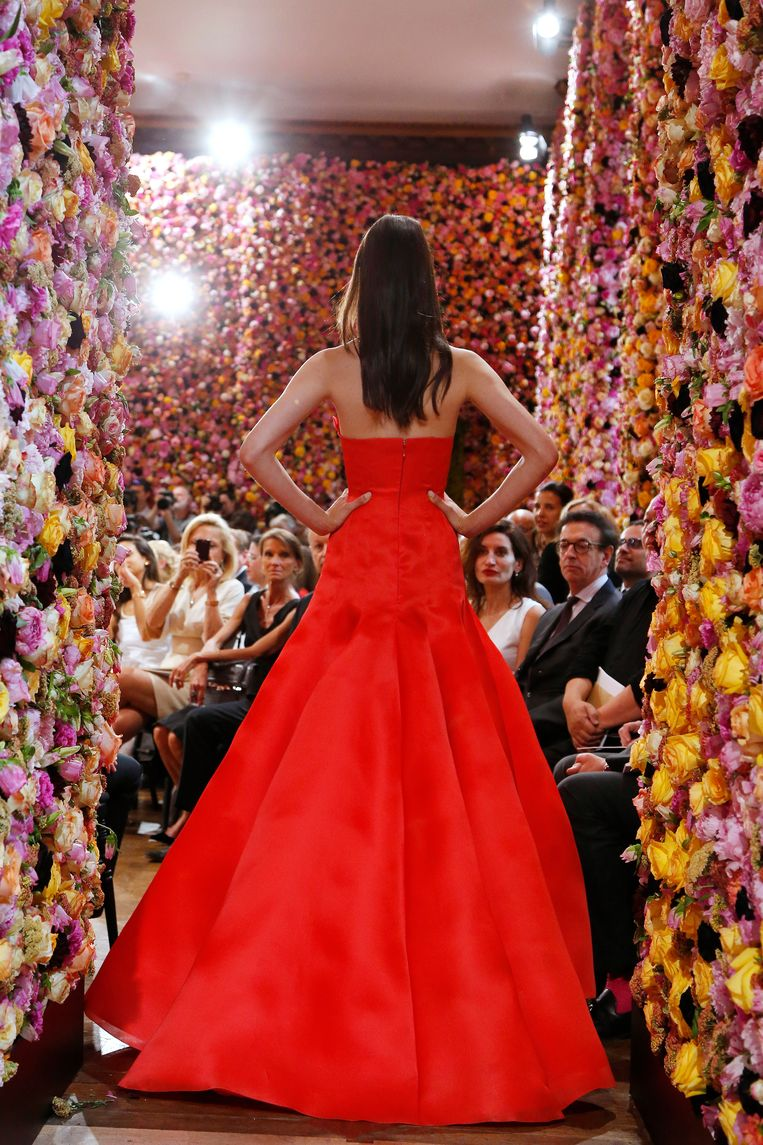 Raf Simons' eerste 'bloemendefilé' voor Dior (2012/13), met dank aan florist Mark Colle. Beeld AFP