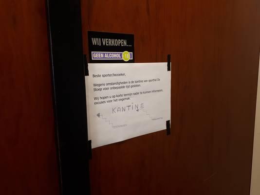 De deuren naar de kantine in sporthal De Stoep in Sliedrecht zijn al maandenlang gesloten en dat blijft voorlopig zo. Op een briefje staat een mededeling.