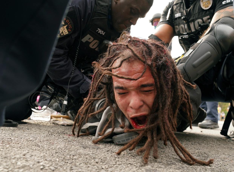 Een betoger wordt hardhandig aangepakt tijdens een manifestatie tegen politiegeweld in Louisville.