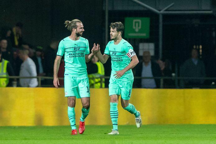 Davy Pröpper en Marco van Ginkel zijn blij na de 1-2 van Van Ginkel.