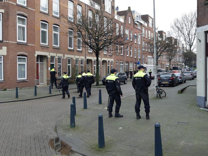 De politie ontruimt de Tweebosbuurt.