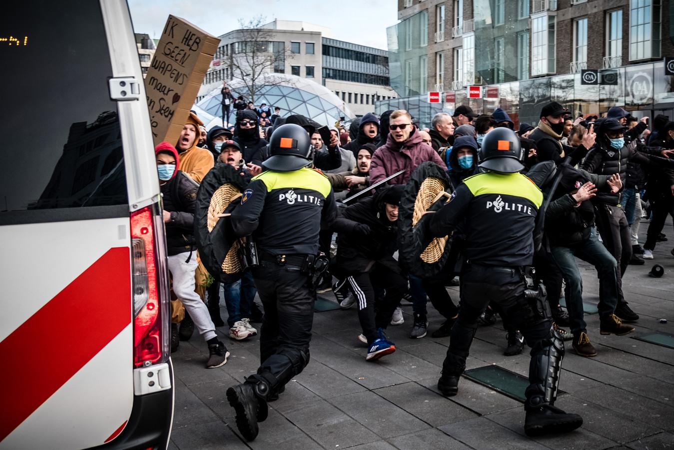 In Eindhoven vielen relschoppers de politie aan.