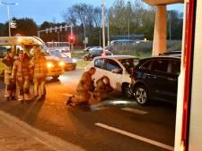 Twee auto's botsen op elkaar in Vianen