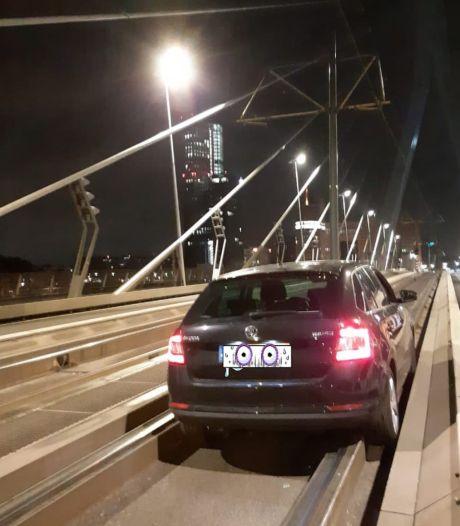Dronken Skoda-rijder rijdt zich vast op tramrails van de Erasmusbrug
