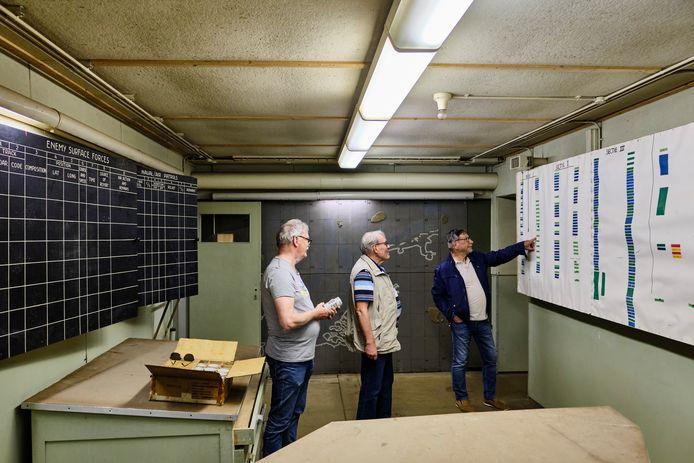 Jillis Godlieb, Dick Ruis en Hans van Aalst (v.l.n.r.) in het hart van bunker Hamburg. Hier werden alle bewegingen van Sovjet-schepen in de gaten gehouden.
