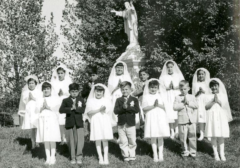Kinderen na hun eerste communie in de Spanish Indian Residential School in Spanish, Ontario, Canada. De foto dateert circa 1960. Beeld Shingwauk Residential Schools Centre / Reuters