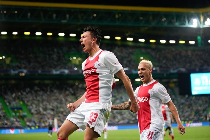 Steven Berghuis viert zijn goal.