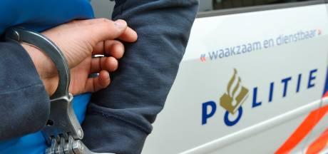 Omstanders nemen politiefiets en handhaaffiets mee tijdens aanhouding van scheldende dames