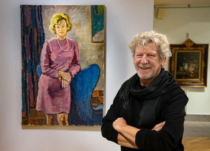 Bart Brouwer voor het doek van zijn vader met daarop een dame waarvan hij graag wil weten wie het eigenlijk is.