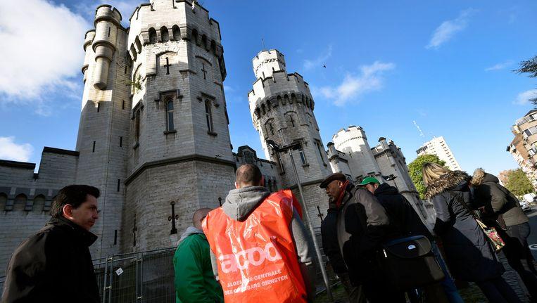 Stakende cipiers aan de gevangenis van Sint-Gillis. Beeld Photo News