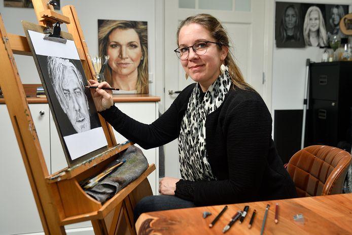 Manita Rebel tekent portretten van bekende Nederlanders en oogst daar veel lof mee.  Op de ezel een tekening van dj Ruud de Wild.