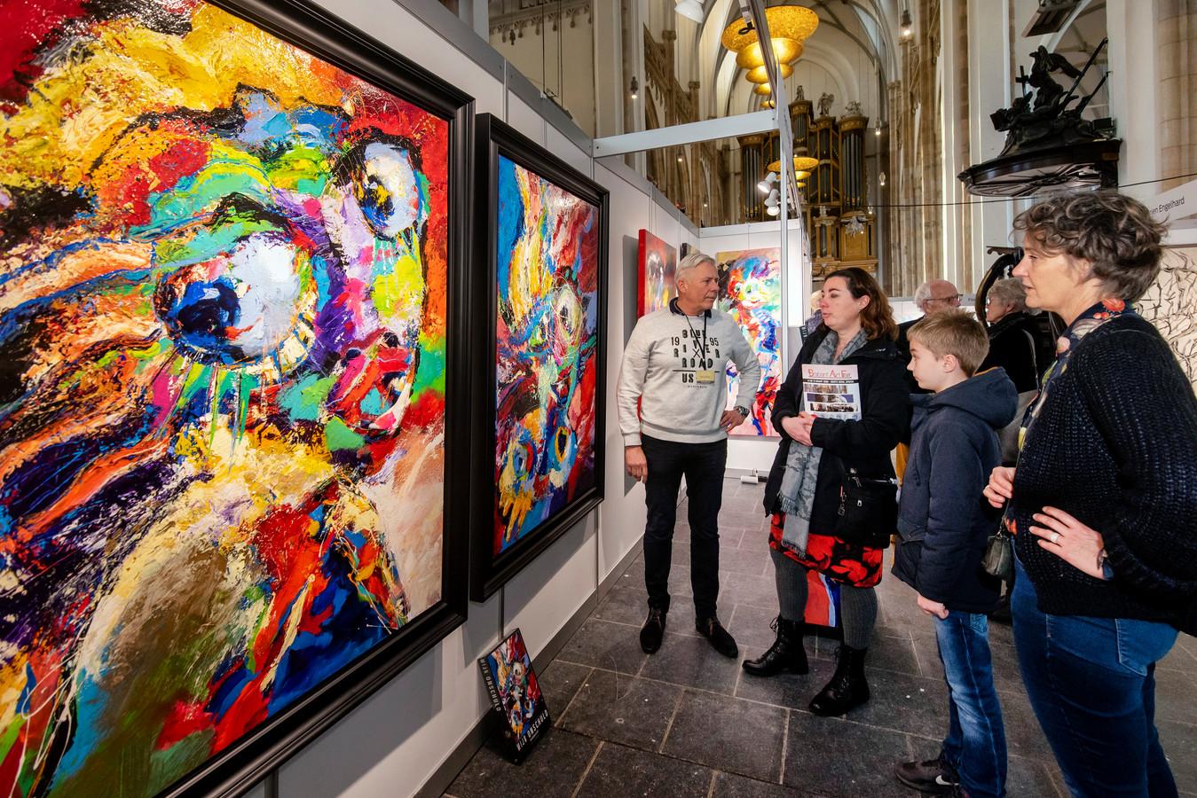 Kunstenaar Ferdy Steger (in lichte trui) vertelt over zijn werk.