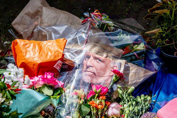 Bloemen, kaarsjes en steunbetuigingen aan Peter R. de Vries in de Lange Leidsedwarsstraat in het centrum van Amsterdam. De misdaadverslaggever ligt nog steeds zwaargewond in het ziekenhuis, na een aanslag op zijn leven.