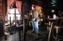 Initiatiefnemer van de protestactie en uitbater Johan de Vos van het Boerke Verschuren aan de Ginnekenmarkt in zijn lege café.