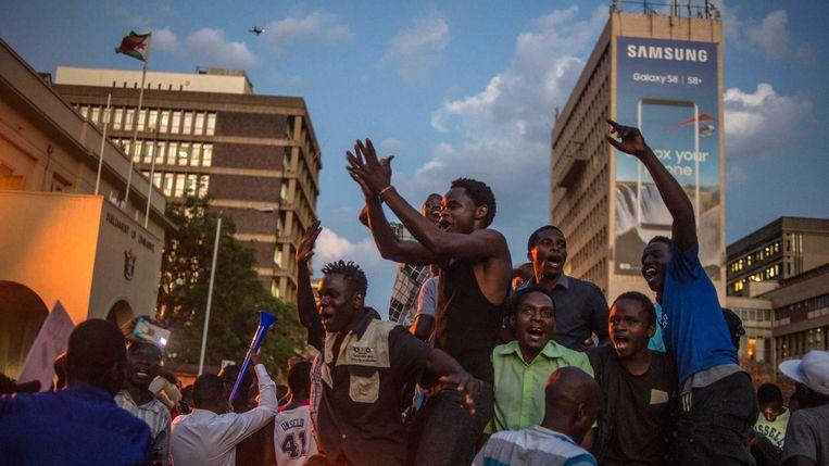Zimbabwanen vieren feest na de bekendmaking van Mugabe's aftreden Beeld afp