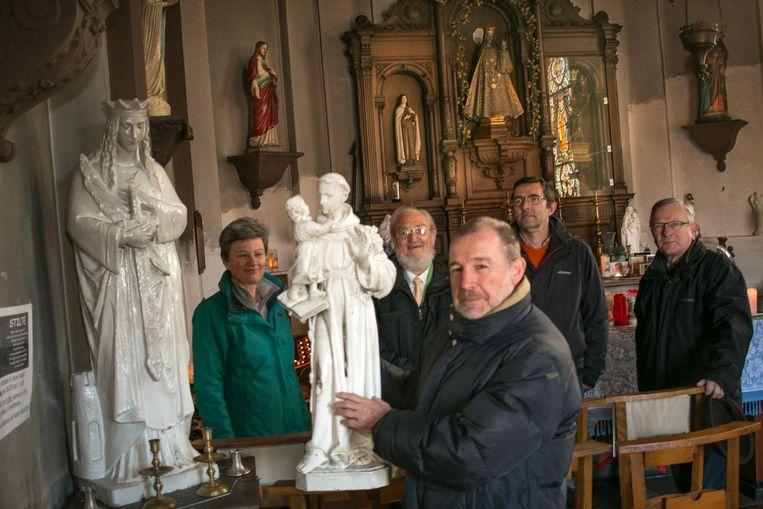 Kunstschilder Romain Vael (vooraan) gaat de beelden in de kapel van Tereken restaureren.