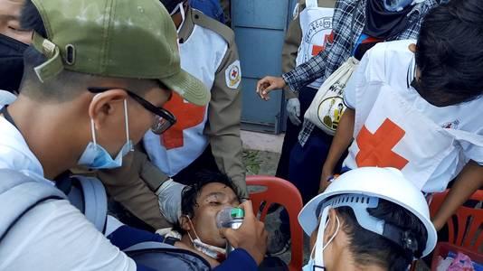 Een demonstrant wordt behandeld aan een schotwond.