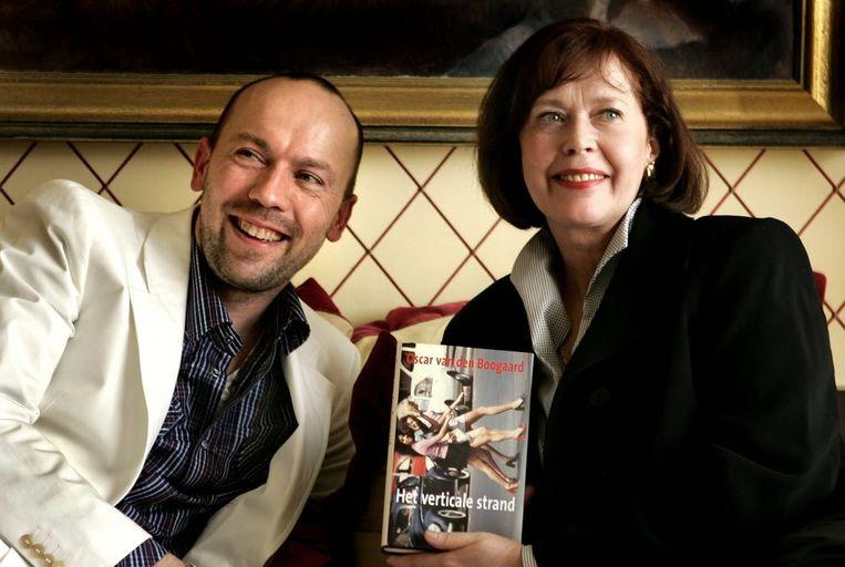 Sylvia Kristel neemt in de presidentiële suite van het Hilton Hotel in Amsterdam het eerste exemplaar van Het Verticale Strand in ontvangst uit handen van schrijver Oscar van de Boogaard, 30 maart 2005. Beeld null