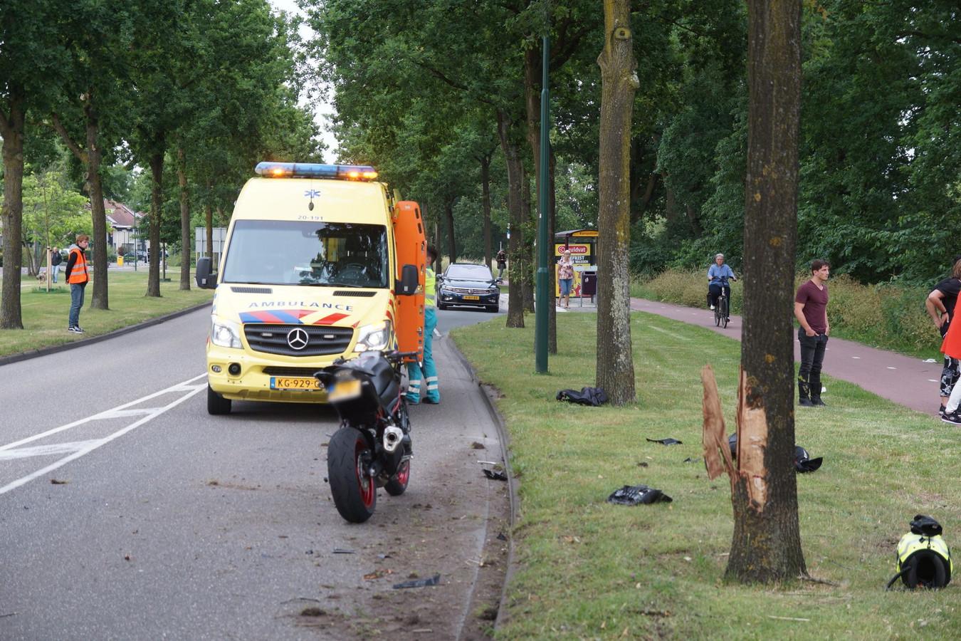 Motorrijder rijdt tegen boom in Kaatsheuvel en raakt gewond.