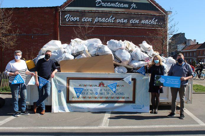 De 255 vrijwilligers zamelden meer dan 2.000 kilogram zwerfvuil in.