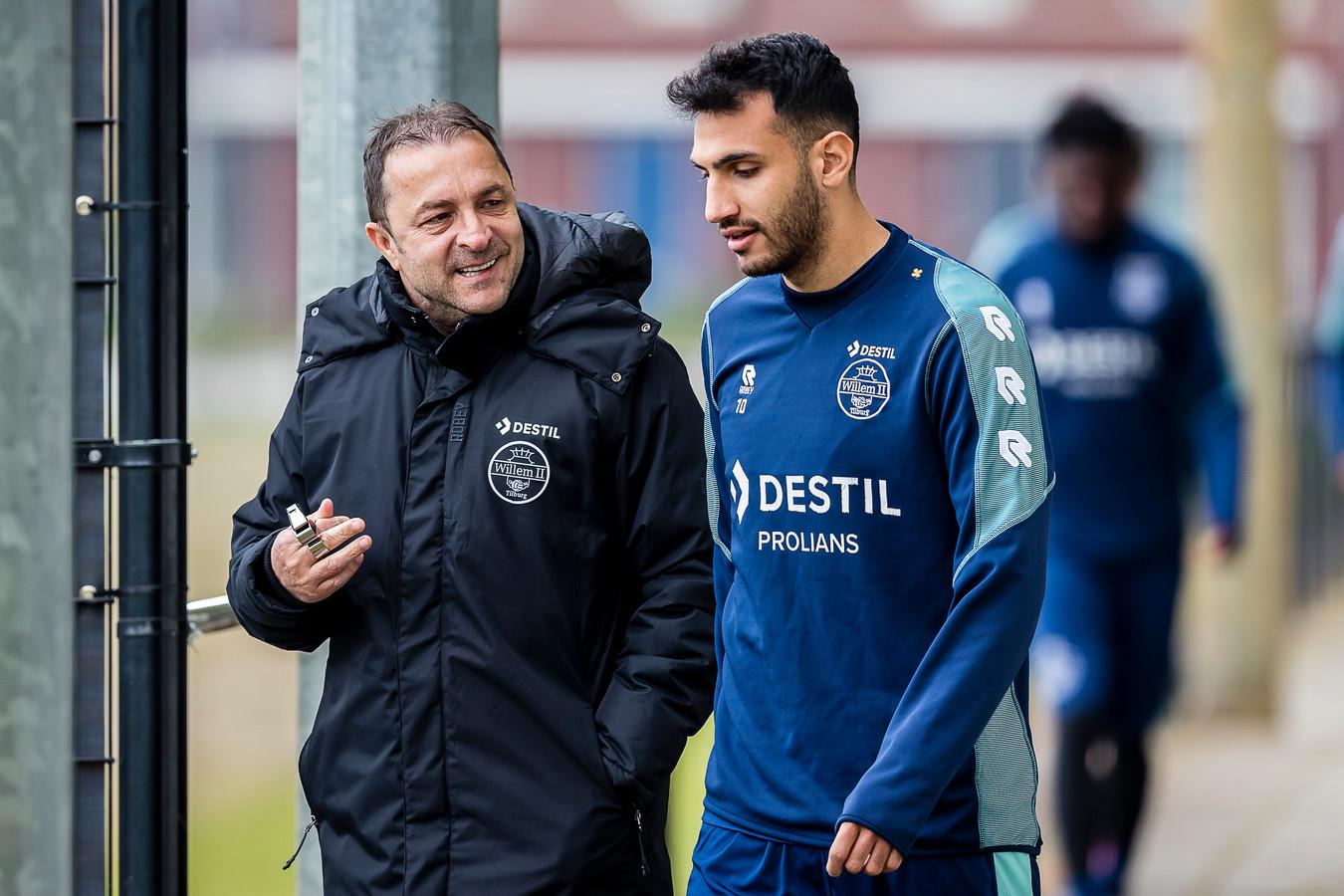 Zeljko Petrovic op weg naar het trainingsveld in gesprek met clubtopscorer Vangelis Pavlidis.