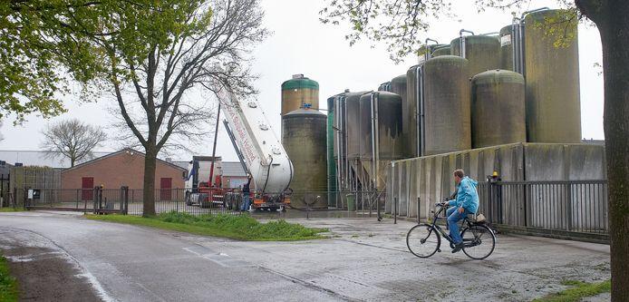 De brijvoersilo's van Coppens veroorzaken voor de buurt een haast ondraaglijke stank. Ze worden in de nieuwe pannen vervangen door een overdekte sleufsilo.