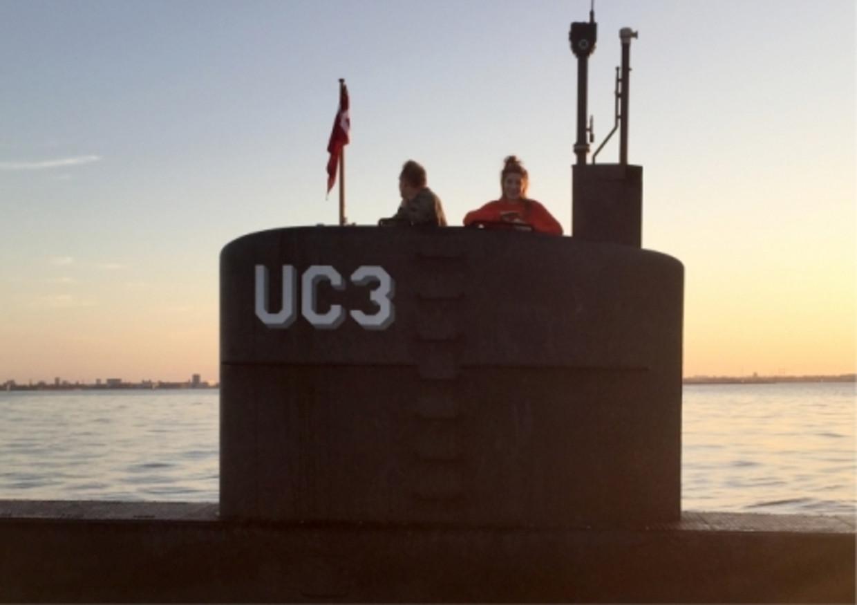 Journaliste Kim Wall aan boord van de duikboot van Peter Madsen. Ze zou pas twee weken later teruggevonden worden.   Beeld
