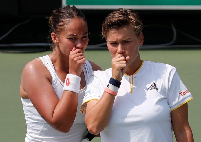 Lesley Pattinama-Kerkhove (links) en Demi Schuurs waren eerder een koppel bij Oranje. Hier hebben ze een overleg tijdens het duel met Japan in 2019.
