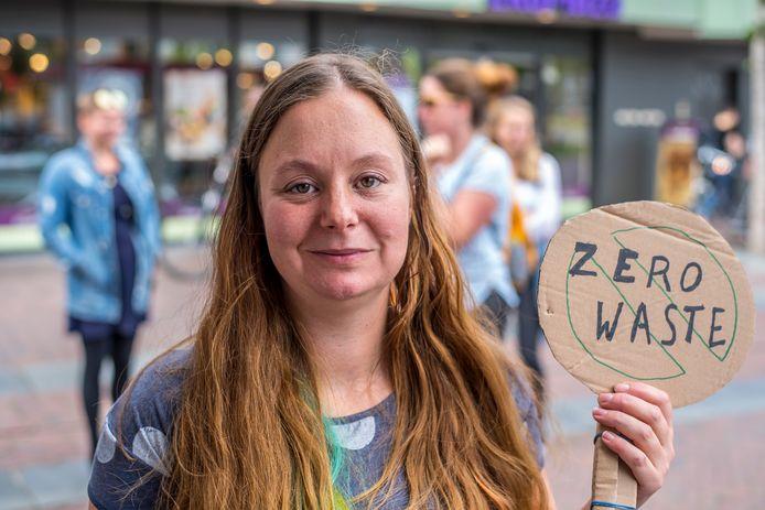 Zaterdagmiddag vond de eerste Zero Waste Wandeling in Enschede plaats. Initiatiefnemer Annelies Bolijn heeft ook al een nieuw idee: een plastic attack. Bij zo'n actie wordt na het afrekenen al het overbodige plastic achtergelaten in de supermarkt.