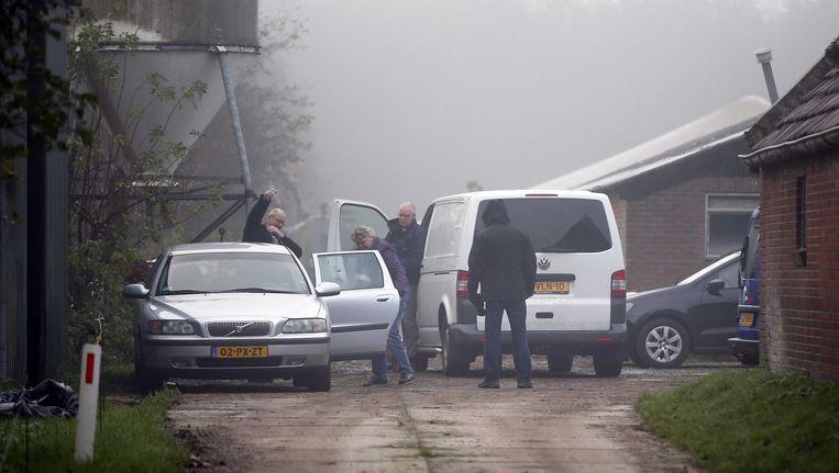 Op het erf rond de boerderij van de verdachte in de zaak rond de moord op Marianne Vaatstra lopen op 19 november politiemensen. De man is op basis van een DNA-match aangehouden. Beeld null