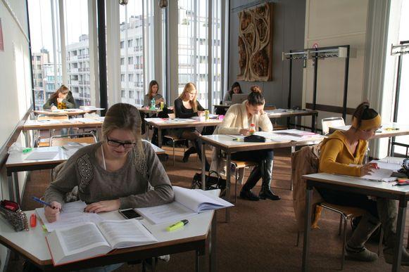Studeren in de bib (archiefbeeld), toen dat wel nog rustig verliep.