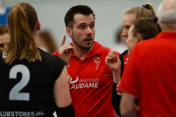 Als trainer van de volleybalsters van Laudame Financials/VCN bereikte de Zeeuw Ivo Munter vorig seizoen de bekerfinale. Nu staat hij met zijn ploeg in de halve finale.