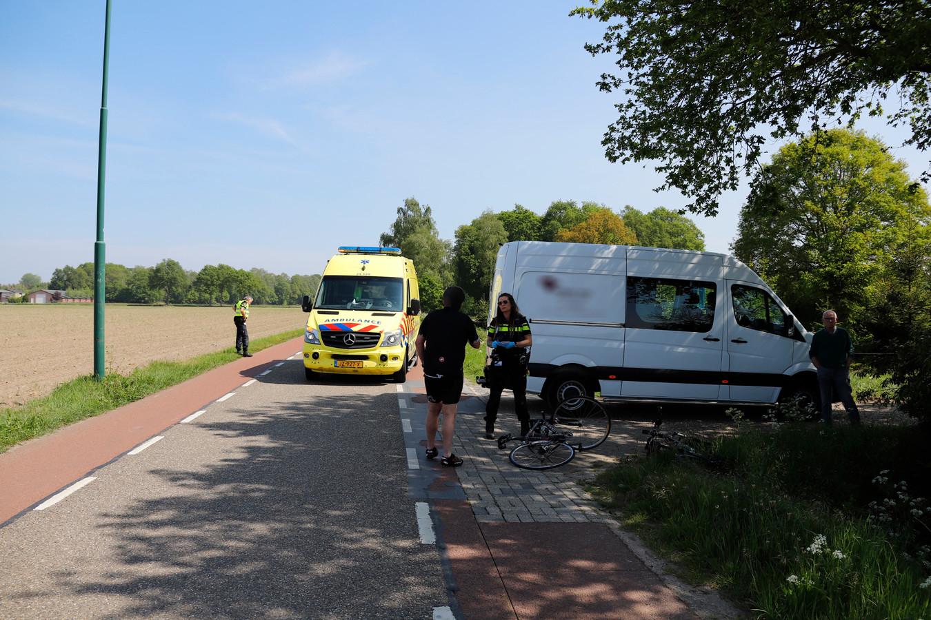 Een wielrenner kwam hard ten val op de Cuijksesteeg in Escharen