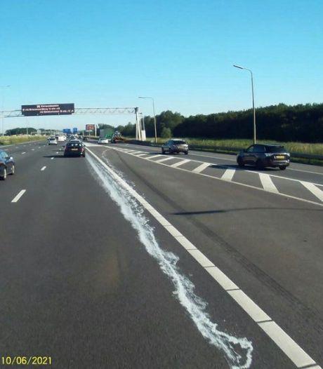 Vrachtwagenchauffeur laat meterslang verfspoor achter op A16