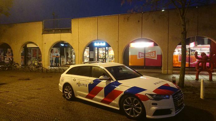 Politie bij de overvallen slijterij in Lelystad.