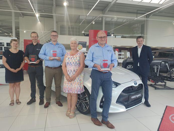 Een deel van het team van de garage Boone poseert trots met hun derde trofee in vier jaar tijd. Rechts van de wagen zien we Michael Roosen, CEO Toyota België.