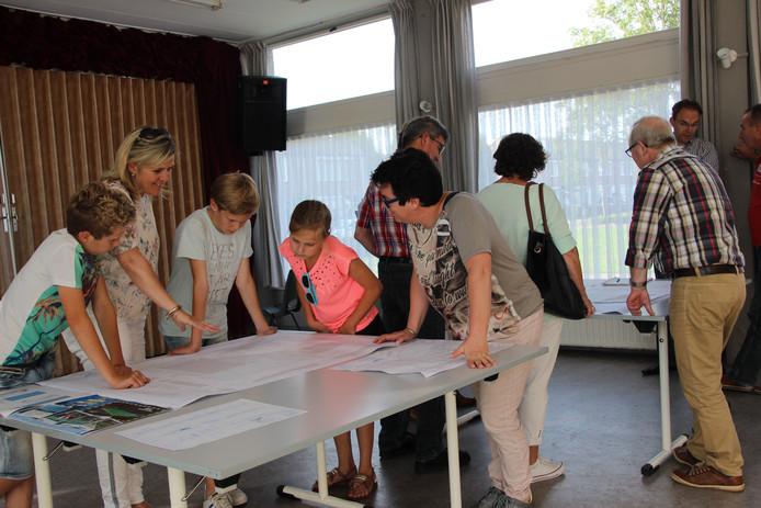 Familie Van de Rijdt bekijkt tijdens de inloopavond het ontwerp.