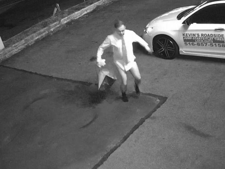 Man loopt naakt parking op & doet grote boodschap voor camera van bedrijf
