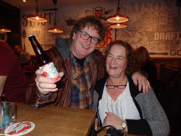 Zelfstandig ondernemers Hans en Martha Wareman, meteen ook de ouders van Timothy, en hoogste bieder op het eerste flesje, 400 euro. Goed, en een tafeltje voor zes Beeld Schuim