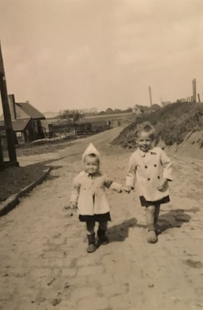 Jan de Vos met zijn zusje Cora bij de boerderij.