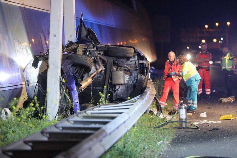 Bij een ongeluk op de A12 zijn vier mensen om het leven gekomen. Hun auto kwam tot stilstand tegen een matrixportaal.  Beeld ANP