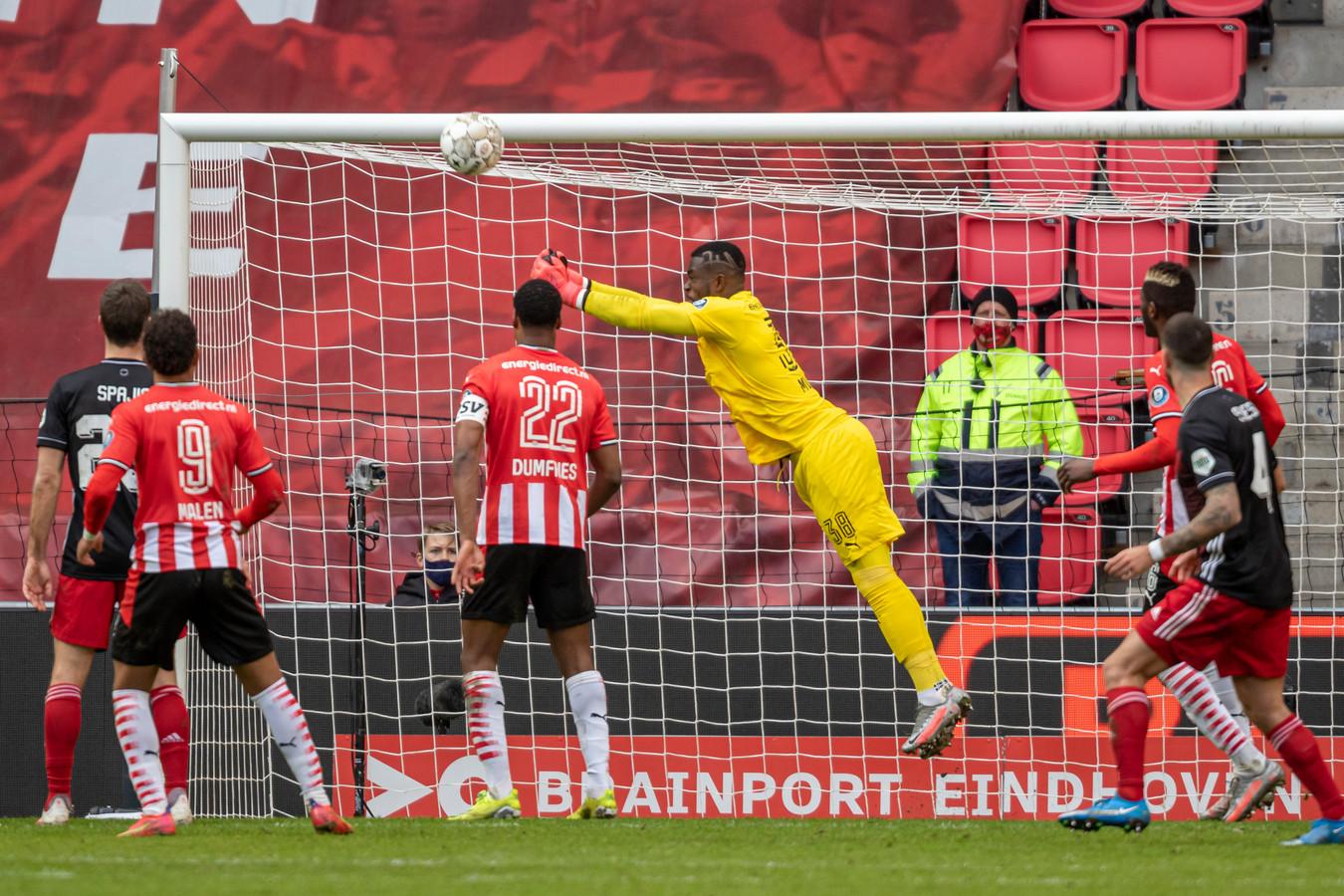 Yvon Mvogo in actie tegen Feyenoord. Zijn ploeggenoten en een aantal Feyenoorders kijkt toe.